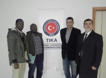 """Le responsable des relations africaines du Conseil afro-asiatique et le responsable des relations publiques de l'université Ivoirienne """" Al Farouq"""" organisent une visite à l'agence de coopération et de coordination turque TIKA."""